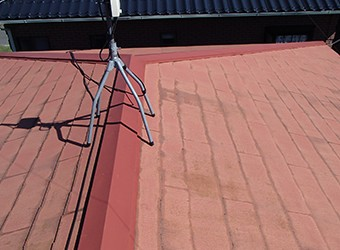 これまでの屋根をそのまま残し、その上に新しい屋根を被せます