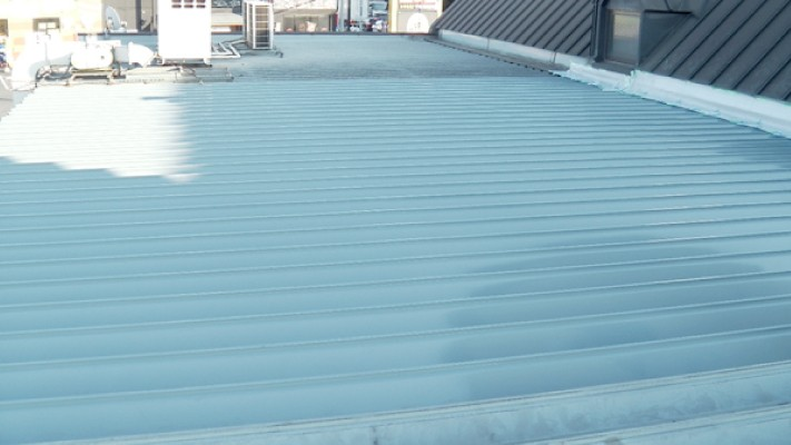 今回葺き替えた部分と雨漏りがなく以前の屋根材のままの場所(エアコンの室外機付近)との差