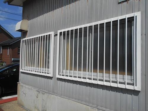 新潟市北区で工場のサッシの格子の塗装をしました