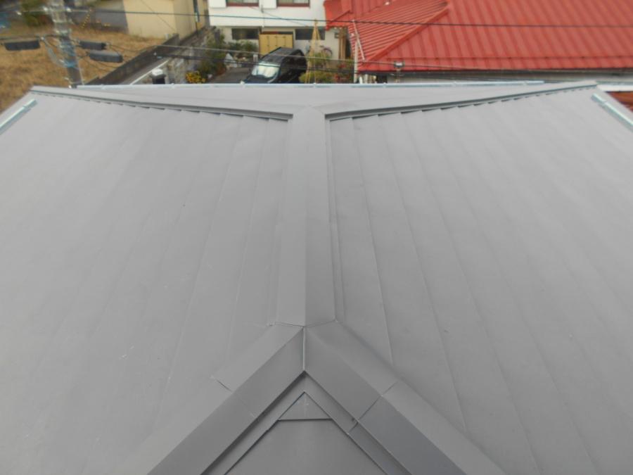 既存の屋根にガルバリウム鋼板をカバーリングする工事