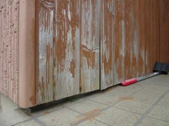 玄関ポーチ壁の浮き