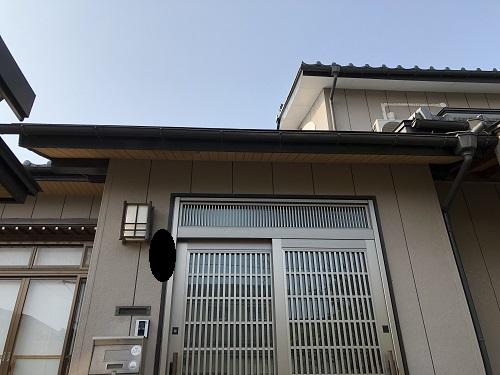 新潟市秋葉区 雨樋交換 玄関 お隣さん
