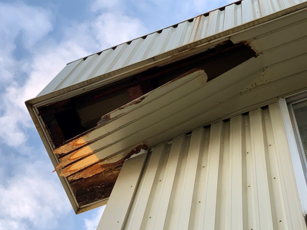 新潟市東区にて風害によって軒天が剥がれた社屋を現地調査
