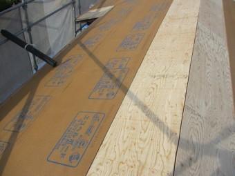 屋根葺き替え工事、構造用合板とシージングボードの施工