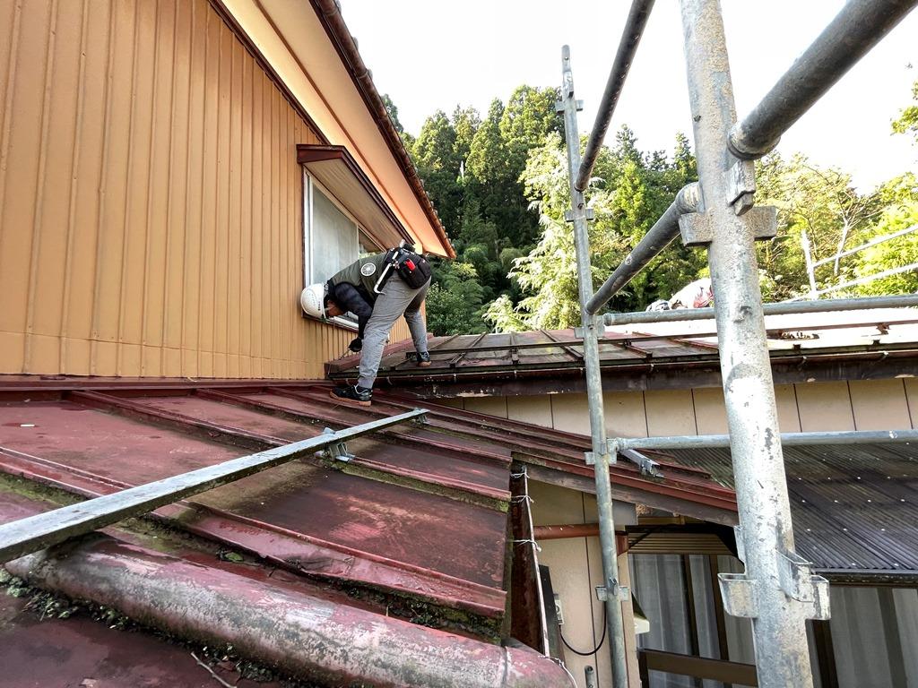 加茂市でトタン屋根からガルバリウム鋼板へ葺き替える工事に着手しました