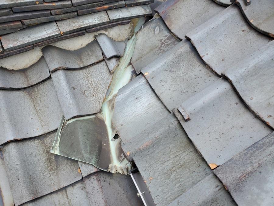 新潟市西区にて谷板金交換の雨漏れ修理と棟瓦修繕を行いました