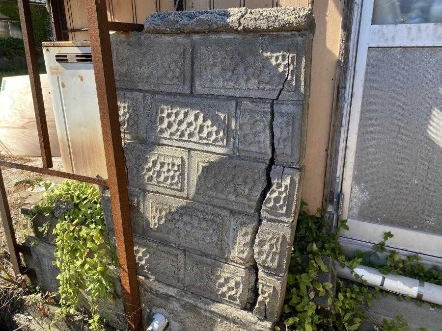 石塀のひび割れ