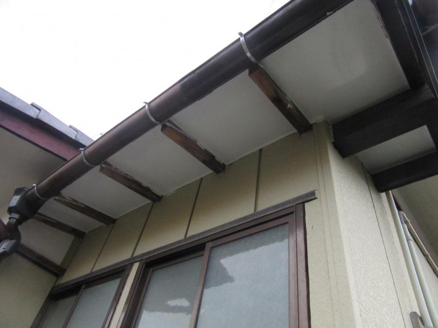 庇の屋根・軒天板金交換