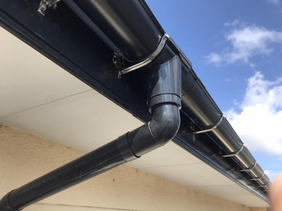 強風によって集水器が外れ軒樋破損の為、新発田市で修繕工事を行いました