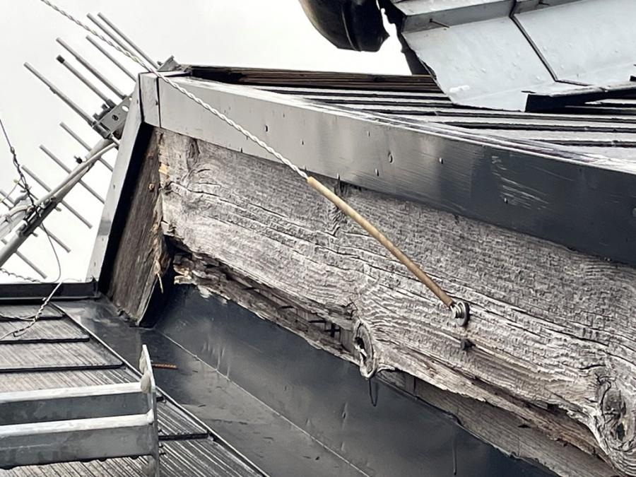 新潟市秋葉区にてTVアンテナが倒壊したことで棟板金が剥がれた被害