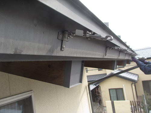 雨樋修繕工事。吊り金具交換