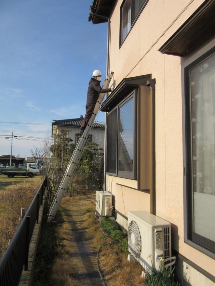 出窓から雨漏れしたため散水検査