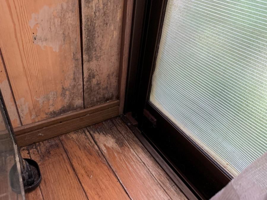 窓サッシより雨漏れ