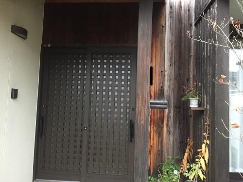 玄関前 外壁板張り 変色