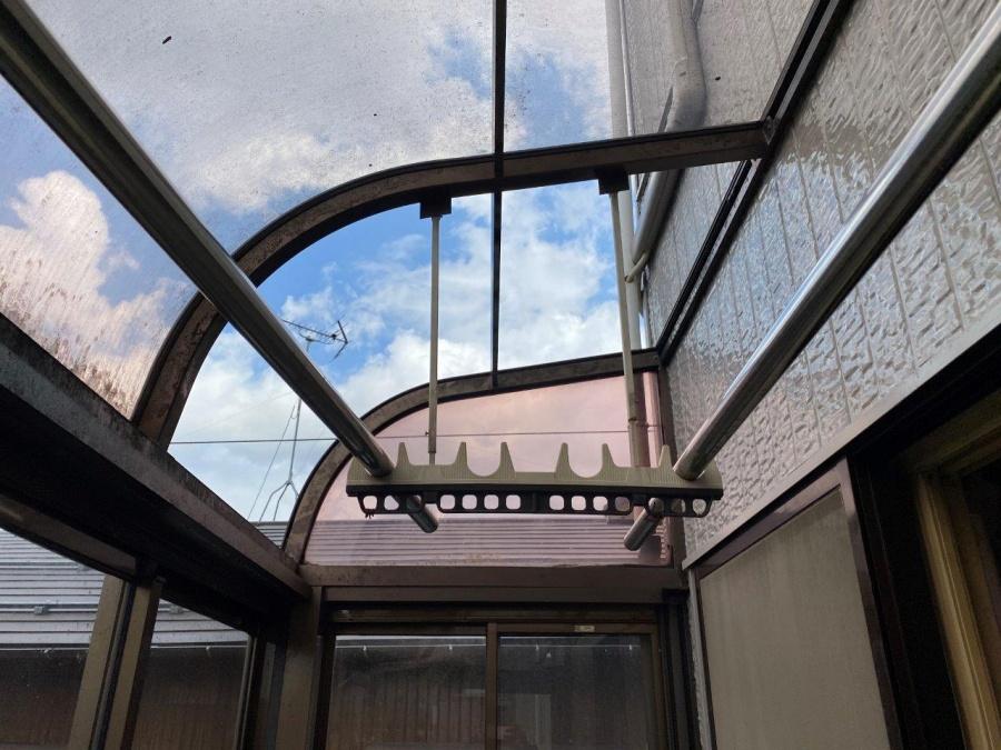 新潟市秋葉区にて雪害によってサンルームのポリカ屋根が破損したため足場組みして張り替えました