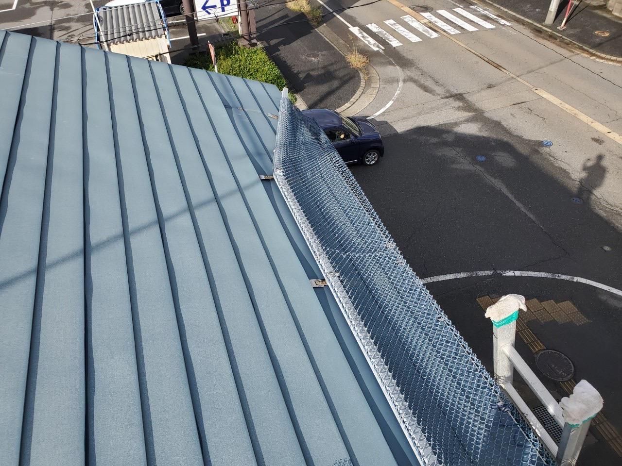 新潟市秋葉区にて雪止めアングルが軒先から飛び出ていた非常に危険な状況からのSOS